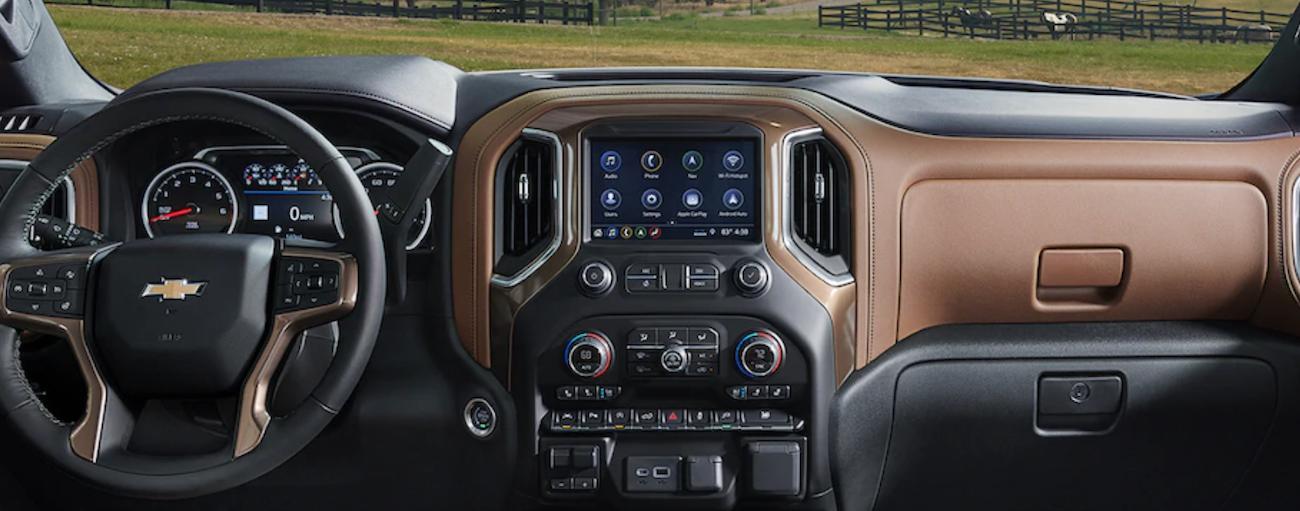 The high tech interior of the 2019 Chevy Silverado 1500
