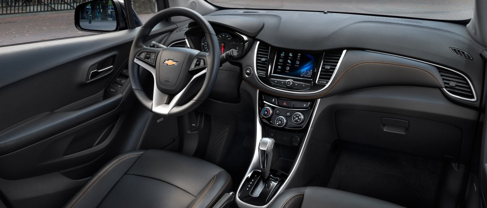 the 2017 chevrolet trax returns with all new tech and styling. Black Bedroom Furniture Sets. Home Design Ideas