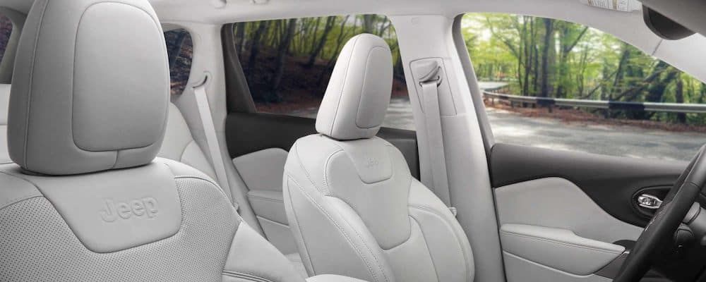 2019 Jeep Cherokee interior seats. White 2019 Jeep Cherokee interior color