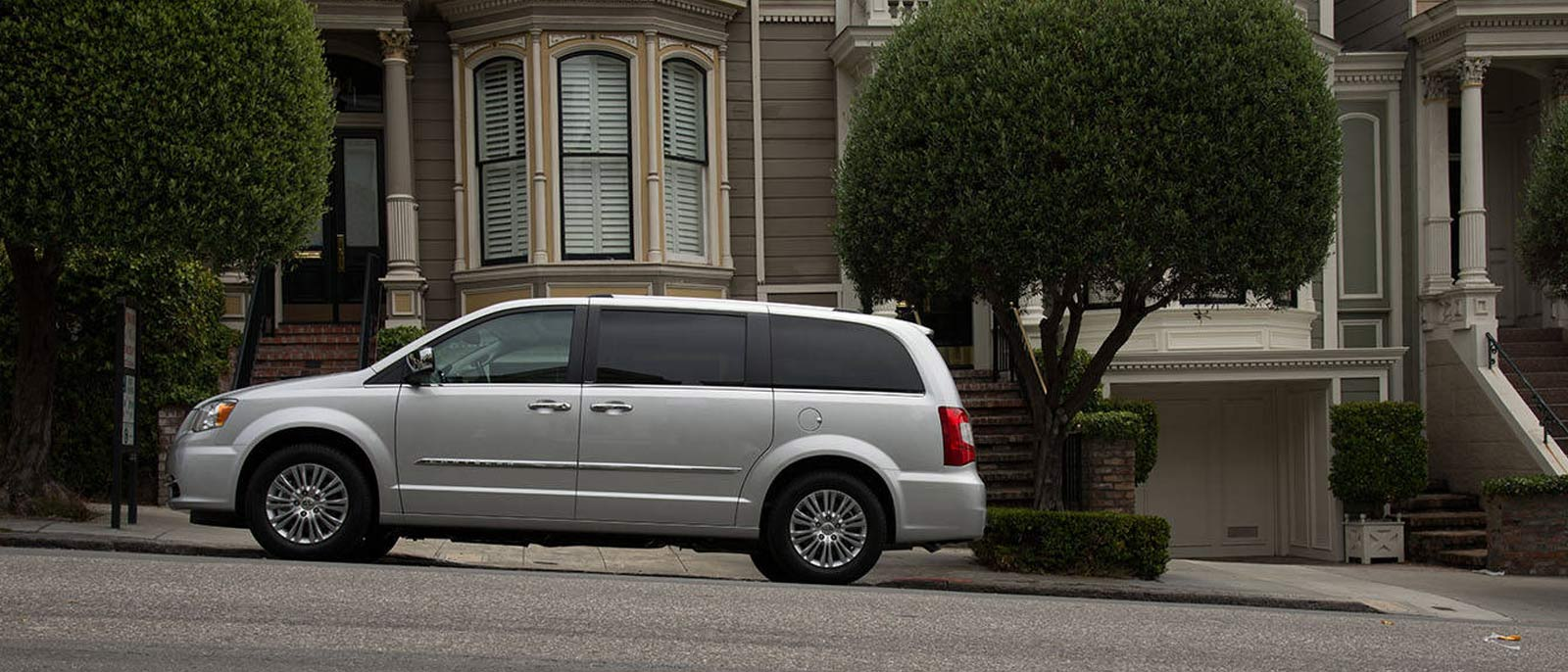 2015 Chrysler Town & Country side view
